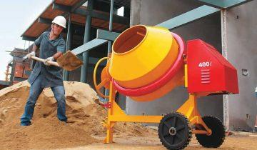 Misturar concreto a mão ou usando a betoneira
